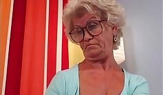 Blonde granny Kenzie Taylor masturbates on the bed with dildos in his twats